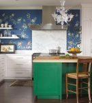 Кухня с синими обоями и зелёной мебелью