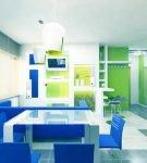 Кухня с синей мебелью и зелёными деталями