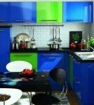 Яркая сине-зелёная мебель на маленькой кухне