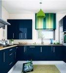 Тёмно-синяя мебель и зелёные детали в обстановке кухни