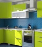 Яркий гарнитур на фоне синего кухонного фартука