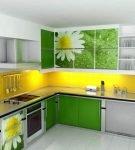 Зелёный гарнитур и жёлтый фартук на кухне