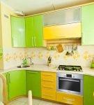 Кухонный гарнитур яркого цвета