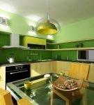 Зелёно-жёлтое оформление небольшой кухни