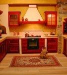 Алый гарнитур и жёлтое оформление на кухне