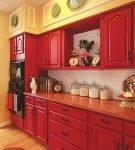 Красная мебель на узкой кухне