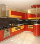 Красный гарнитур с жёлтыми деталями на кухне