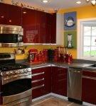 Тёмно-красный гарнитур и жёлтая стена на маленькой кухне