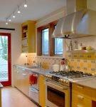Узкая кухня с жёлто-красной мебелью