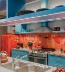 Кухня в оранжево-голубом оформлении