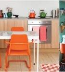 Нежное сочетание голубого и оранжевого в обстановке кухни