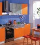 Оранжево-голубой интерьер кухни в квартире