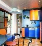 Тёмно-синий и оранжевый в дизайне небольшой кухни
