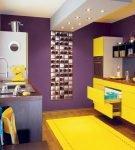 Жёлтые и тёмно-фиолетовые детали в обстановке кухни