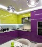 Двухцветный фиолетово-зелёный гарнитур на кухне