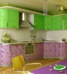 Узорчатый и яркий гарнитур на кухне