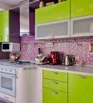 Фиолетовый фартук и зелёная мебель на кухне