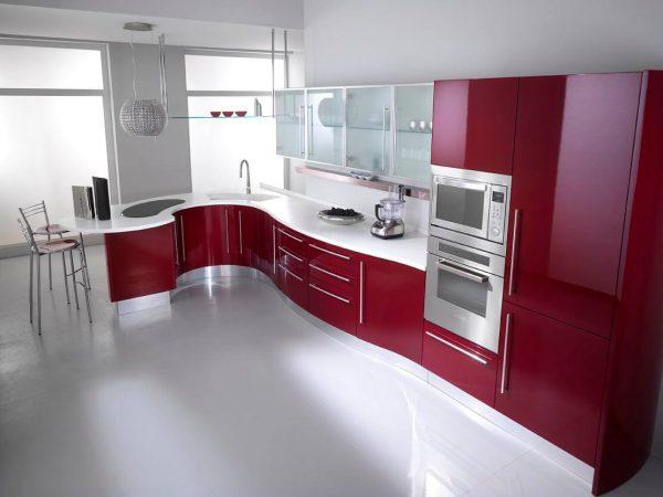Кухня в стиле модерн с ярким гарнитуром
