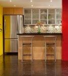 Яркие стены в обстановке кухни