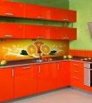 Современный дизайн яркой кухни в квартире