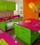 Разноцветная просторная кухня в доме
