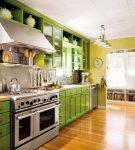 Зелёная мебель на кухне в частном доме