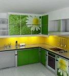 Кухонная мебель с рисунком на зелёных фасадах