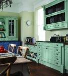 Мебель зеленоватого оттенка на кухне