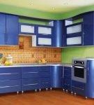 Синяя мебель на фоне зелёных стен