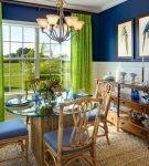 Зелёные шторы в кухне-столовой