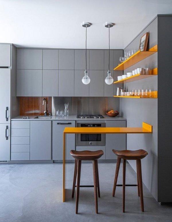 Серая кухня и жёлтые полки