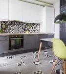 Кухня с серой мебель и ярким принтом на стенах и полу