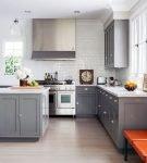 Серый гарнитур и яркие стулья на кухне