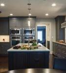 Тёмная мебель на просторной кухне