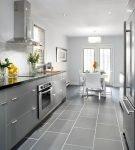 Гарнитур серого цвета на узкой кухне