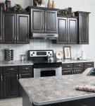 Сочетание тёмного и светлого серого на кухне