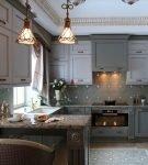 Серый гарнитур на кухне с красивым декором