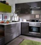 Зелёный и тёмный серый в обстановке кухни