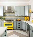 Жёлтые детали в сером интерьере кухни с фартуком