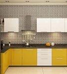 Двухцветный гарнитур с тёмной столешницей на кухне