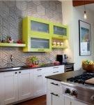 Рельефная стена рабочей зоны кухни серого цвета