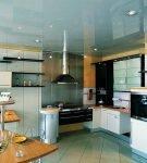 Серо-голубой потолок на светлой кухне