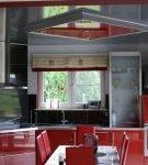 Серо-красный потолок на стильной кухне