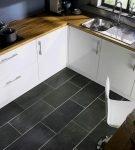 Тёмно-серая напольная плитка на кухне
