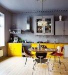 Жёлто-серый гарнитур и серый потолок на кухне