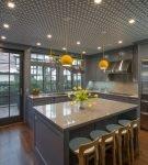 Узорчатый серый потолок на большой кухне