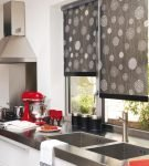 Серые рулонные шторы с принтом на кухне