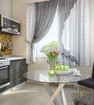 Светло-серые занавеси на небольшой кухне