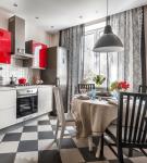 Серые шторы на кухне с красными шкафами