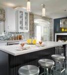 Рулонные серые шторы с узором на кухне